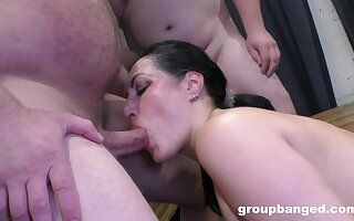 Addictive scenes be advantageous to mediocre gangbang with reference to a top-drawer chick